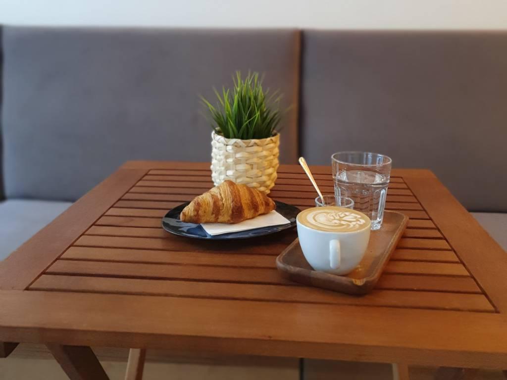 Coffee Break Cappuccino und Croissant