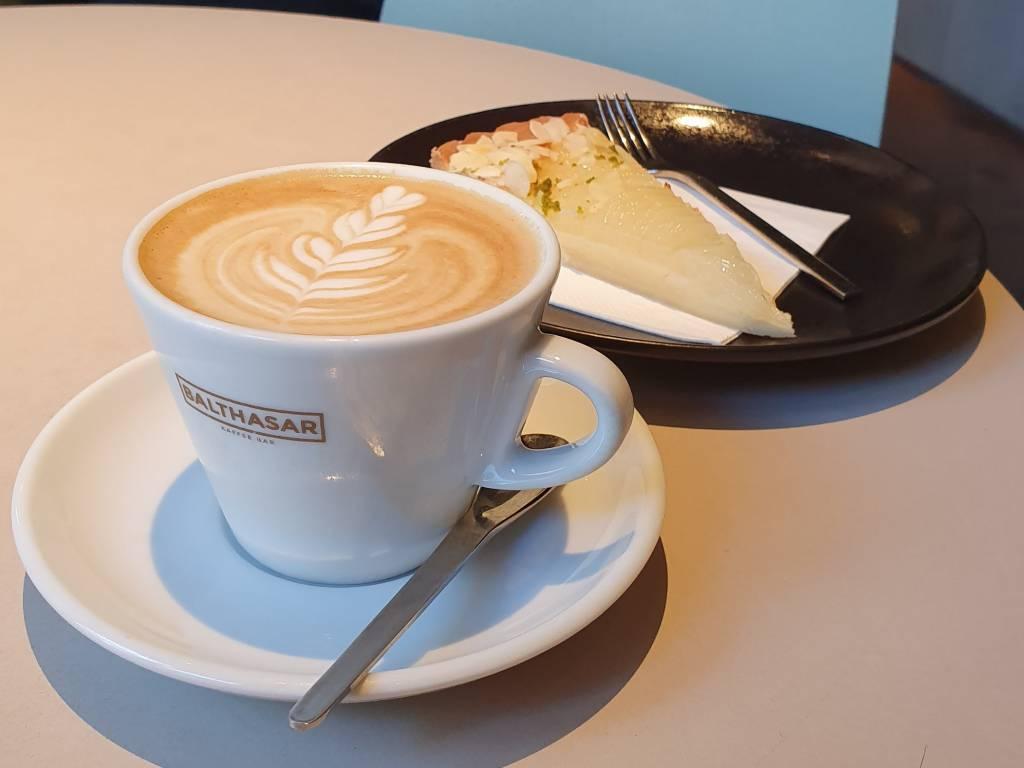 Cappuccino und Kuchen im Balthasar