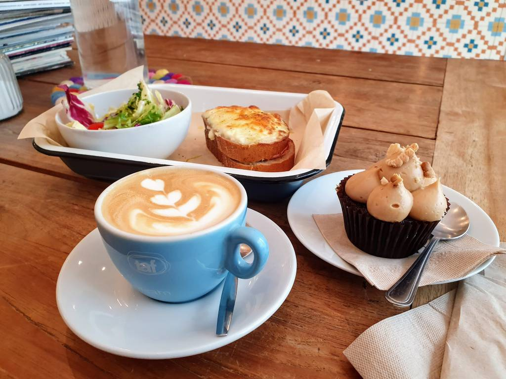 Brass Monkey 1060 Cappuccino, Cupcake und Frühstück