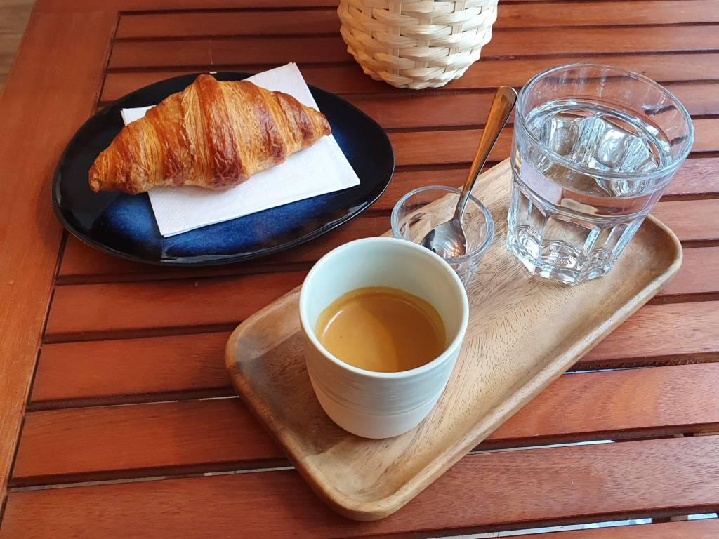 Espresso und Croissant
