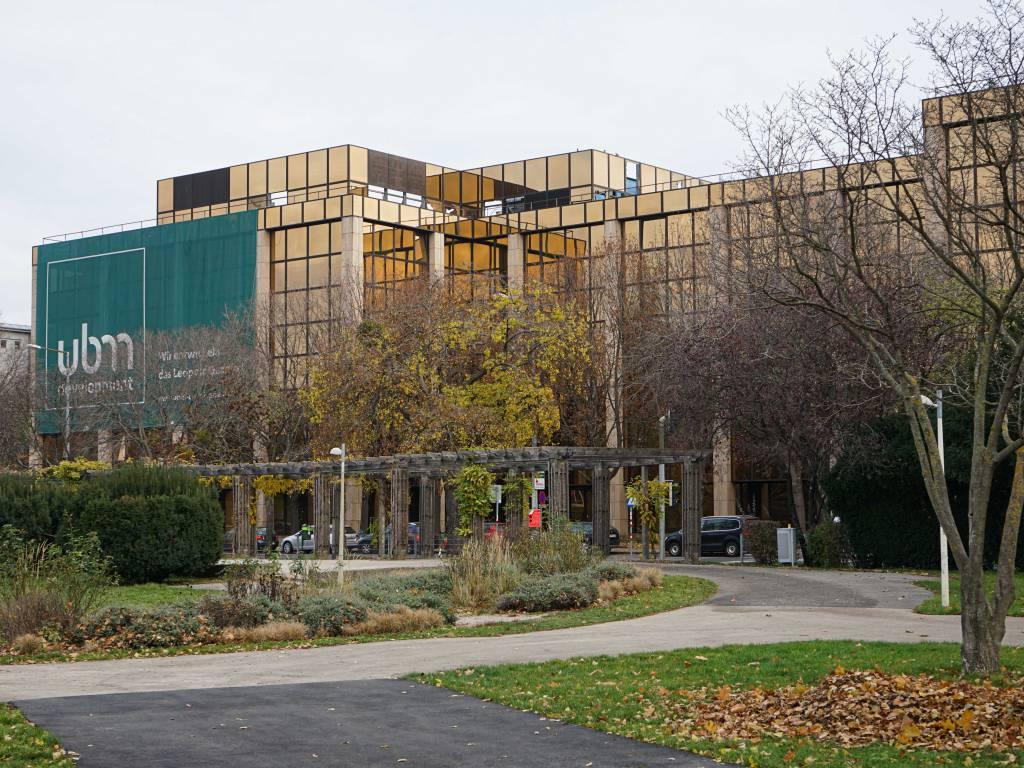 Wettsteinpark Coffeewalk Park Gebäude mit orange getönte Scheiben