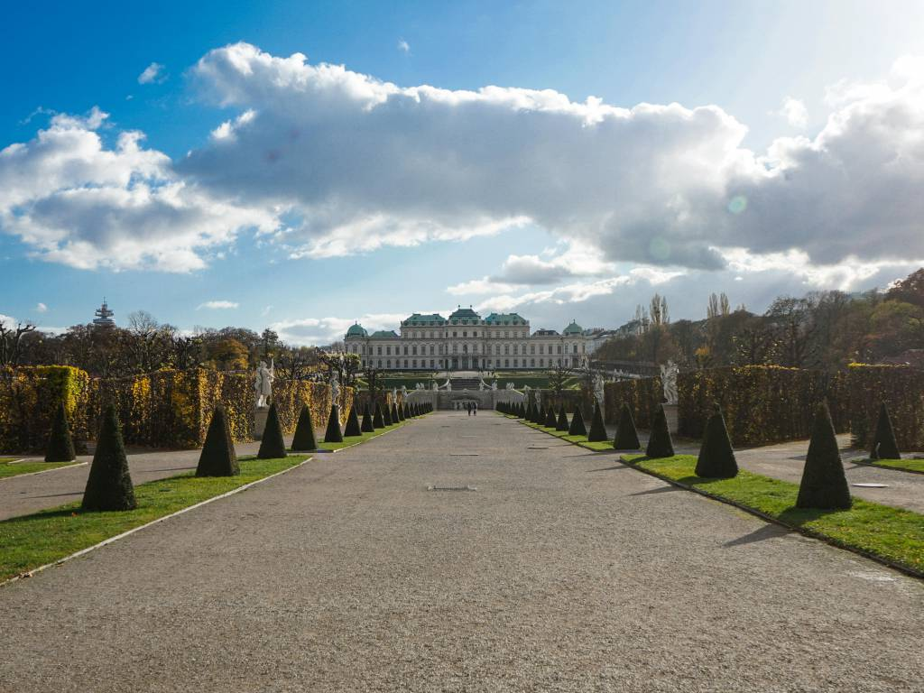 Schlosspark Belvedere Coffeewalk bewölkter Himmel