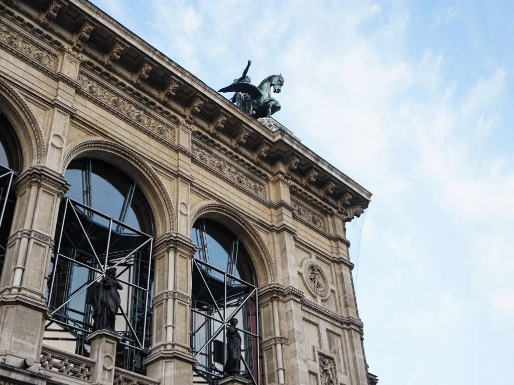 Wiener Staatsoper Coffeewalk Statuen am Dach